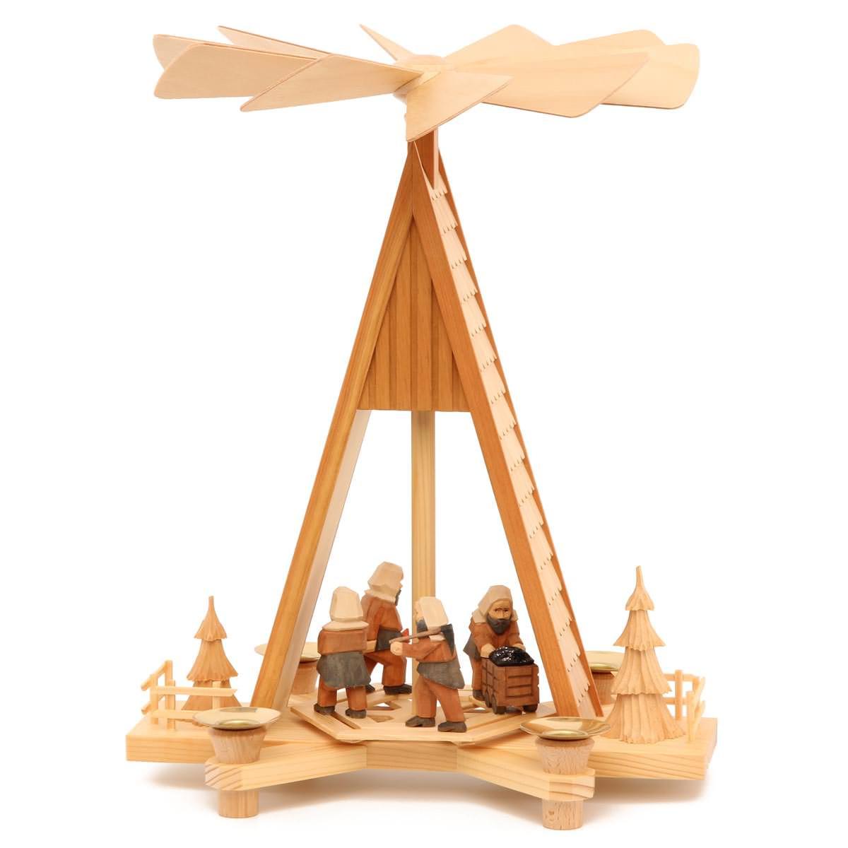 Pyramide Mit Schindeldach Und Geschnitzten Figuren Von